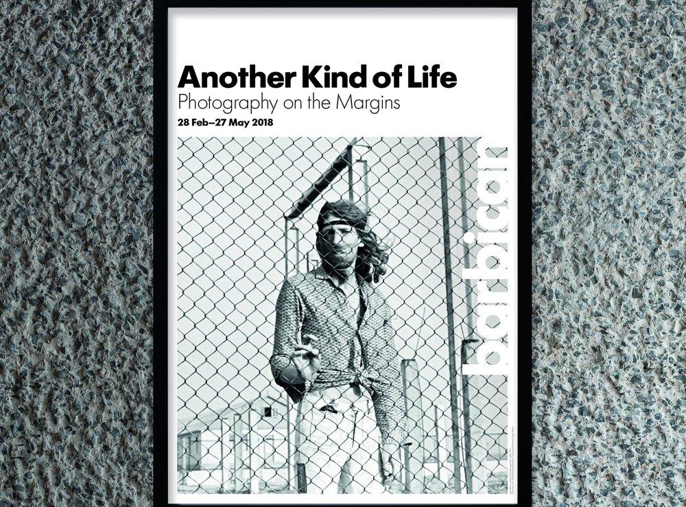 Arte y Diseño- Another Kind of Life - Tocando temas de contraculturas, subculturas y minorías de todo tipo, este espectáculo presenta el trabajo de 20 fotógrafos desde la década de 1950 hasta la actualidad.Más información