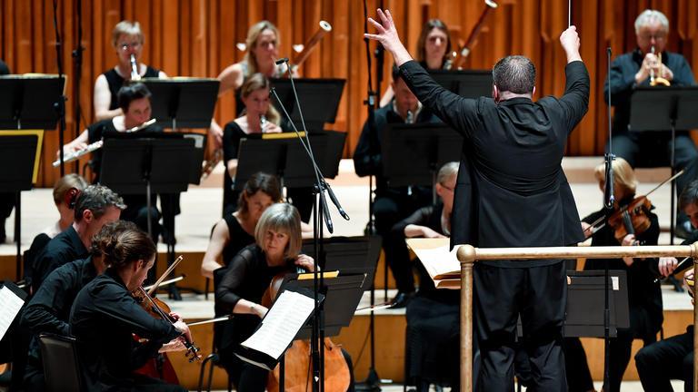 Música Clásica- Britten Sinfonia: Adès, Barry y Beethoven - Volatile Substances: Thomas Adès y la Sinfonía Britten mezclan música de Beethoven y Gerald Barry.Más información