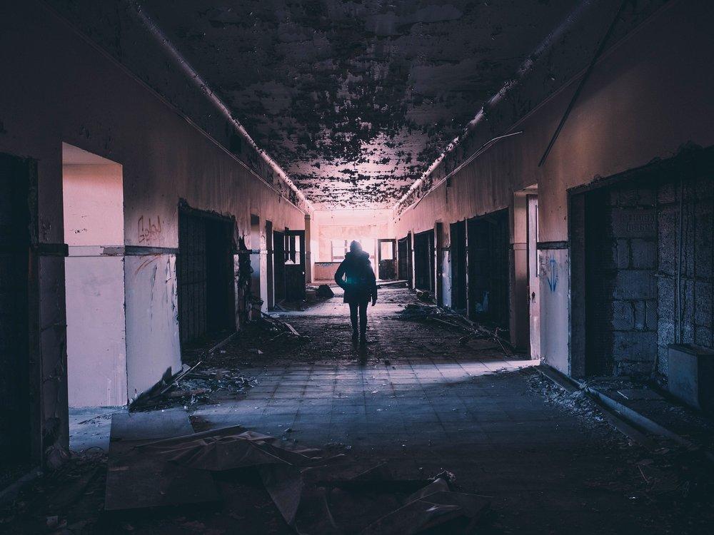 hallway-1245845_1920.jpg