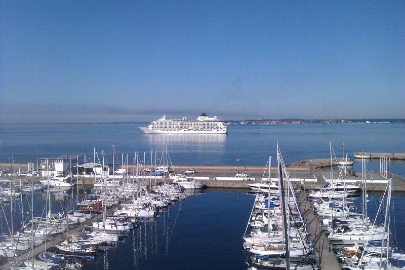 Bild på båt och hamn
