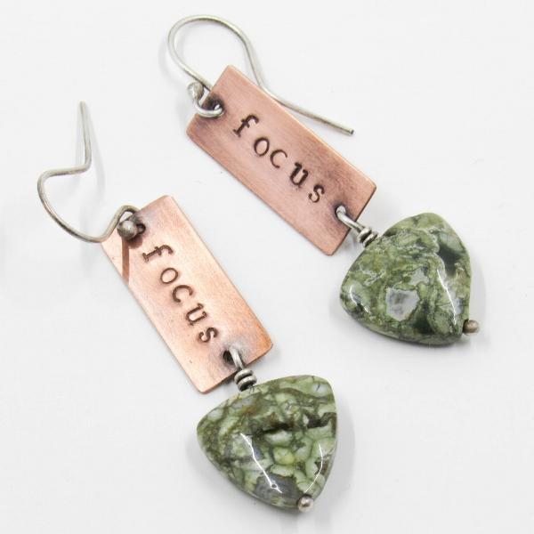 Copper and rhyolite earrings : Focus