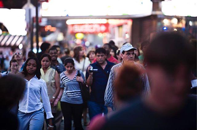 """Jedno z moich ulubionych ujęć. Błąkając się po ulicach w poszukiwaniu kadrów nieraz spotykałem się wzrokiem z ludźmi błąkajacymi się, czasem  wydawać by się mogło że bez celu. Z serii """"Nowojorczycy"""" 2007-2010. #newyorkcity #manhattan #streetphotographer #color #midtown #newyorkers #nikon #nikond3 #rawshooter ##newyorklike #NewYorkExplored #city_of_newyork  #what_i_saw_in_nyc #light #chroma"""