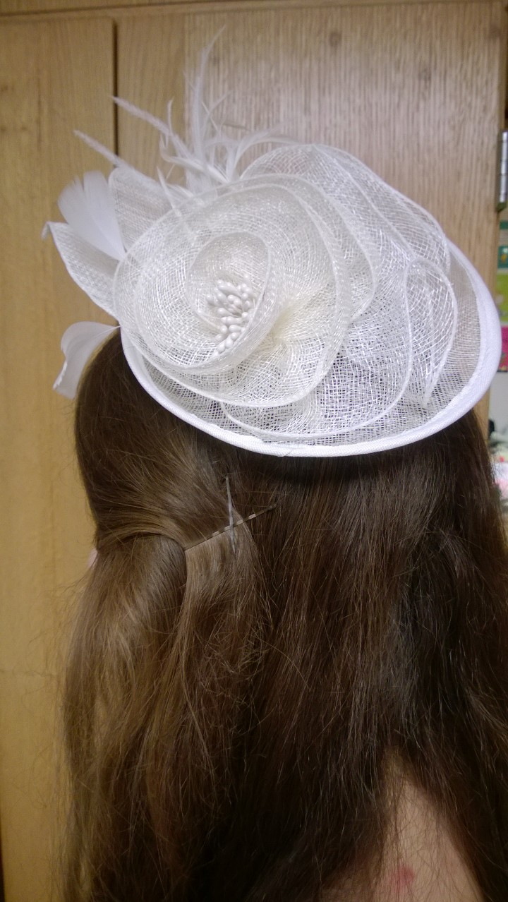 A close up of the ivory fascinator headpieve