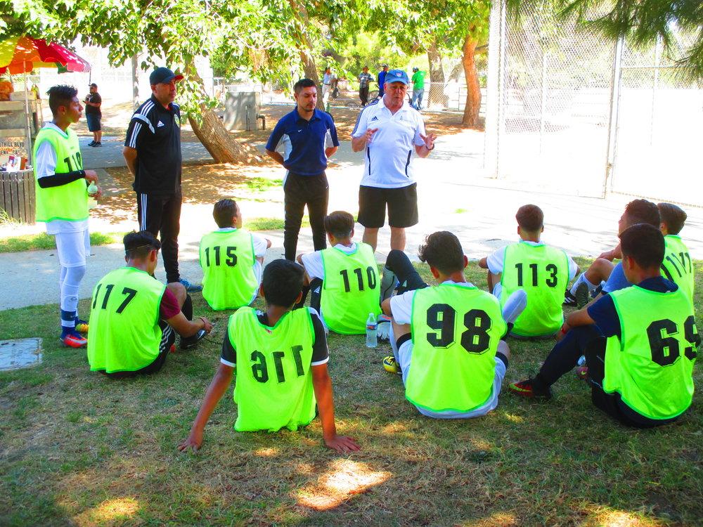 Hugo Salcedo (a la derecha) cree que para involucrar a más latinos en el deporte se debe hacer más que sólo ofrecer becas. Para generar mayor confianza, Salcedo trabaja con jugadores y familias en ligas independientes en el sur de California. (Foto cortesía de Hugo Salcedo)