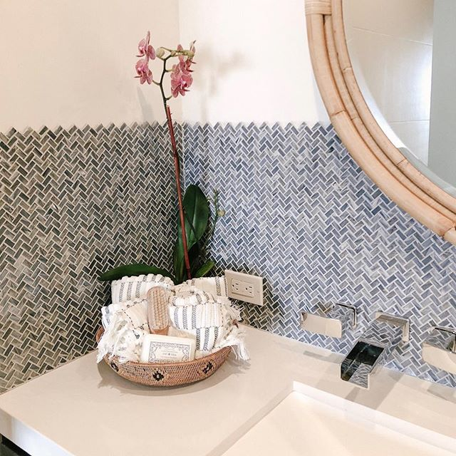 Hosting guests for the holidays? Quickly spruce up your bathroom with a basket full of fresh towels and your favorite bar of soap — your guests will feel like they're at a luxury hotel✨ #designbyarkinteriors
