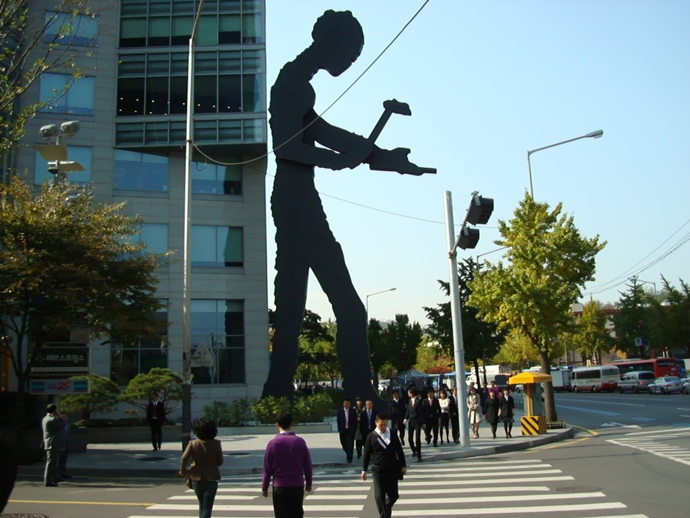 Jonathan Borofsky,  Hammering Man , 2002, 22 meters tall, painted steel, electric motor  Permanent installation, Heungkuk building, Seoul, Korea.