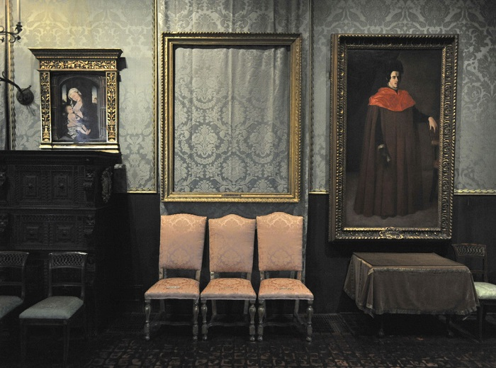 Frame left empty in the Dutch Room