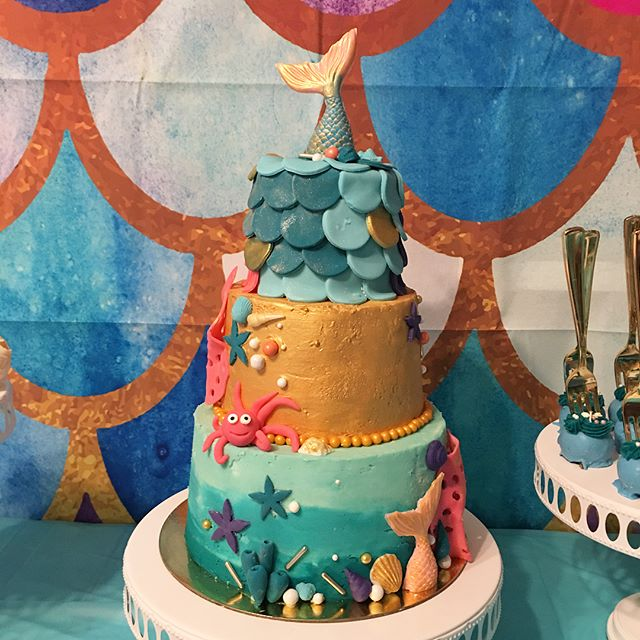 🧜‍♀️Mermaid theme party for my birthday girl today. #madewithlove #happybirthdaybaby #mermaidcake #goldenbirthday #goldenmermaid #dakotamade #strawberrycake #eatcake #willistonnd