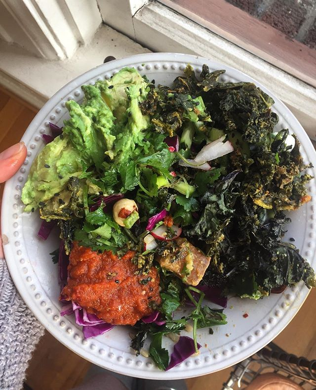 Poke bowl goals 😋 salmon + tuna, brown rice, pickled ginger, radish, cucumber, purple cabbage, scallions, cilantro,jalapeño, avocado, mango, sesame seeds, toasted hazelnuts, leftover kale chips with sunflower seed + cashew + nutritional yeast + lemon + cayenne sauce, and @wildbrine probiotic spicy kimchi sriracha #mybeautifulmess