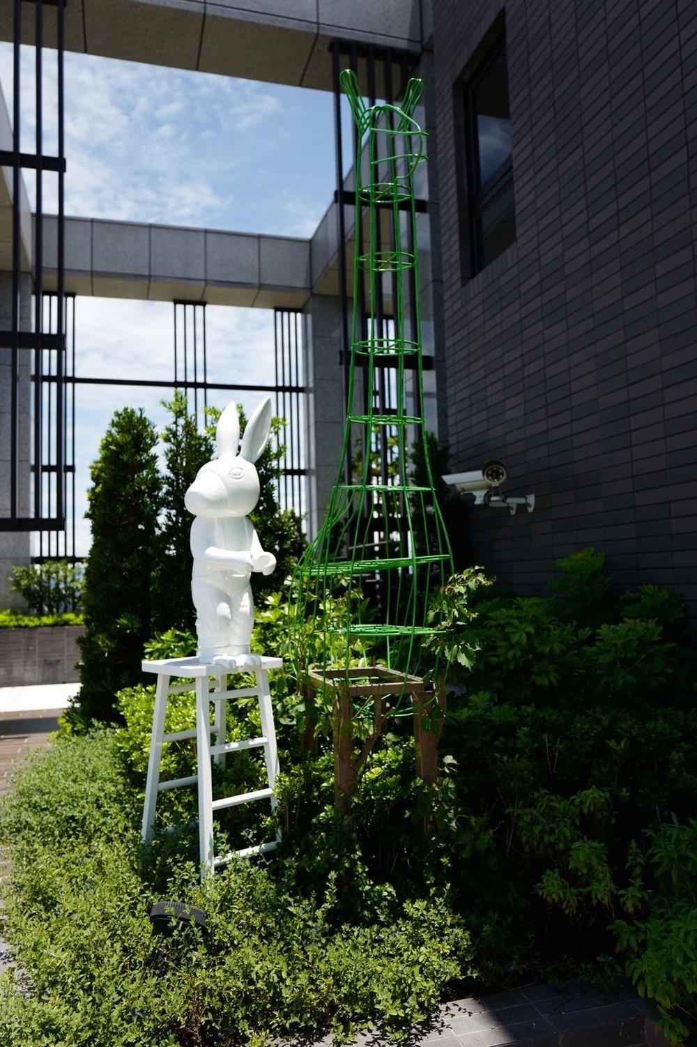 正在修剪頂樓花園的小兔子/ 廣宇晴朗
