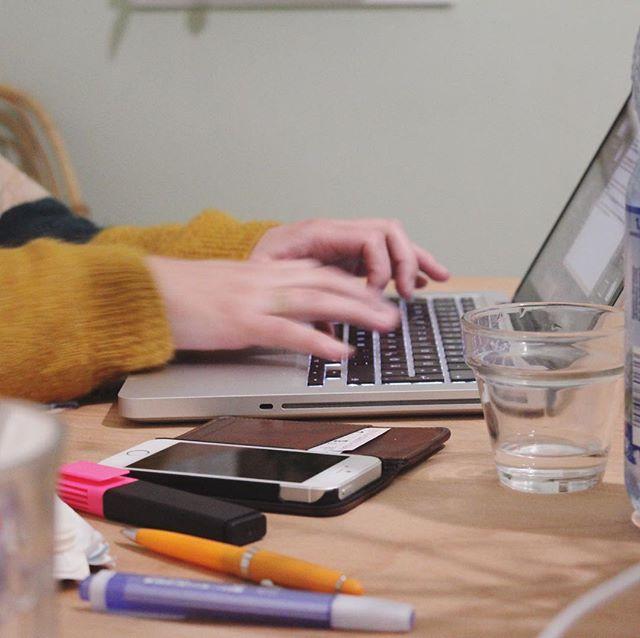 Wie arbeitest du? Was sind deine Herausforderungen? Wie organisierst du dich? Welche Themen beschäftigen dich im Moment?  Schreib mit uns!  Die Tagebücher müssen nicht lang sein - du bist in Form & Länge ganz frei. Du hast keinen Blog? Egal. Das Patchwork-Tagebuch kann auch ein Facebook- oder Instagram-Post sein oder ein Tweet - alles geht!  Mehr Infos zum #patchworktagebuch gibt es auf unserer Website. Link in der Bio. #patchworkplattform #patchworkarbeit #dasgroßeganze #nevernotwriting #schreibmituns
