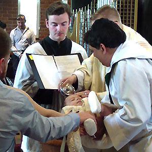 Bautismo - El bautismo es la iniciación completa en la Iglesia por el agua en el nombre del Padre, y del Hijo, y del Espíritu Santo. Tanto los niños como los adultos pueden ser bautizados. Signo de la muerte del pasado y la resurrección a una nueva vida en Cristo. El nuevo cristiano se convierte en un miembro del Cuerpo de Cristo, la Iglesia, que promete sostener a la persona en sus votos bautismales, consagrados en lo que llamamos el