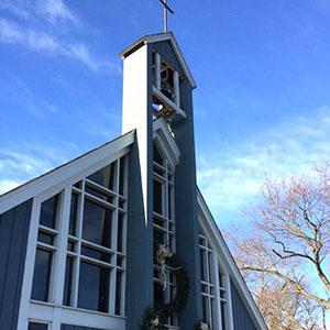 Nuestros comienzos - El 6 de marzo de 1959, una petición fue aprobada para la formación de una misión en Pleasantdale (ahora Burr Ridge), y los primeros servicios se llevaron a cabo en la Escuela Pleasantdale en septiembre de 1959. La tierra estaba alistándose para un nuevo edificio de la iglesia el 27 de septiembre, 1964, y el primer servicio que tuvo lugar en el edificio el 23 de mayo de 1965. El 21 de octubre de 1979, la misión se convirtió oficialmente en una parroquia de la Diócesis Episcopal de Chicago.Desde nuestros primeros días, un amor profundo por rito ha sido una característica fuerte de nuestra identidad. Como historiador parroquial amada y artista, Peggy Anderson, señaló