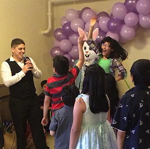 Domingo de Pascua - El domingo de Pascua, volvemos a nuestro horario normal de los servicios separados en Inglés y Español, seguido de una fiesta de Pascua para los niños de la parroquia, con baile, juegos, y una búsqueda de huevos de Pascua y una visita del conejo de Pascua!
