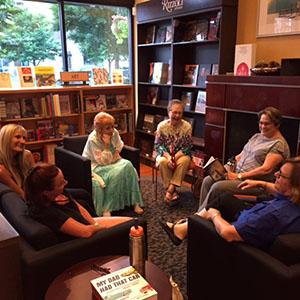 Grupo de libro y discusión - En el 1º y 3º martes de cada mes, el grupo de lectura y discusión se reúne para la conversación y compañerismo a las 6:30 pm en la librería de Barbara en Burr Ridge Village Center, o en ocasiones, en las casas de las personas. Las discusiones recientes han incluido estudio de la Biblia, la meditación, y una visualización de la película,