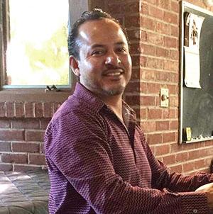 Alex LunaMinistro de Música - Alex llegó de México a los Estados Unidos en 1997 buscando un mejor futuro. Aprendió a tocar la guitarra desde los 14 años y fue integrante del ministerio de música en su cuidad natal en México. En 2002 se integró al ministerio de música en la Iglesia del Redentor en Elgin Illinois, y en 2012 empezó a formar parte del ministerio de música en Santa Elena. Alex actualmente tiene dos hijas, Alexandra y Galilea Luna, trabaja como operador de máquina CNC en Elgin, y es fanático de la música!
