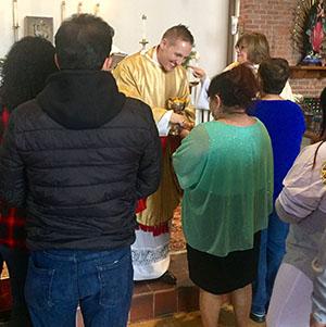 Una comunidad diversa de fe - Santa Elena es una parroquia de la diócesis de Chicago en la Iglesia Episcopal, que es parte de la Comunión Anglicana mundial. Episcopales, o anglicanos, como también hemos sido llamados, afirmamos ambas raíces católicas y protestantes, que se pueden ver en las formas en que adoramos, y por medio del estudio de la Biblia, y en la manera que aplicamos la fe cristiana a la vida real.Por supuesto, hay más de una manera de ser un episcopal. Una de las alegrías de Santa Elenaes nuestra diversidad en la música, las tradiciones y la cultura. Estamos unidos por nuestra herencia anglicana y el Libro de Oración Común, pero gozamos de la gran libertad en la forma de expresar nuestra identidad episcopal.Nuestra gente es diversa, también. Algunos de nosotros hemos nacido en los Estados Unidos, mientras que otros provienen de México, Colombia, Ecuador y la India. Somos solteros, casadoso viviendo en pareja. Hablamos ingles yespañol; y algunos de nosotros somos fluidos en ambos. Somos episcopales de cuna, no practicantes católicos romanos, y reformados cristianos.