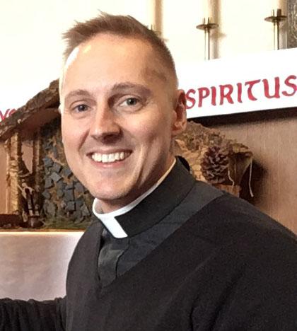 Revdo. Ethan Alexander JewettRector - El P. Ethan fue instalado como el octavo Rector de la parroquia por el Obispo de Chicago el 25 de octubre de 2017. Se crio como judío en Tampa, Florida y encontró la Iglesia Episcopal en 2004 después de un periodo de veinte años de la no practicar religión. Su ministerio reciente se ha centrado en cuestiones de justicia social, tales como la falta de vivienda, el hambre, los derechos de los trabajadores, y la inmigración.Recibió su licenciatura de Kalamazoo College y su grado de Maestría en Artes de la Universidad de Chicago, en la literatura francesa. Después de salir de la universidad, el padre Ethan pasó diez años conduciendo política pública, la investigación y la promoción de la Academia Americana de Pediatría (AAP). En 2012, obtuvo su Maestría en Divinidad del Seminario Teológico de Chicago.P. Ethan fue ordenado sacerdote en 2012, mientras actúa como Cura de San Clemente Iglesia Episcopal en Filadelfia. A continuación, regresó a la AAP como Director de Servicios ejecutivos antes de servir durante un año como rector interino de Grace Episcopal Church, de Chicago. P. Ethan sigue teniendo una fuerte relación con su antigua parroquia, the Episcopal Church of the Atonement en Chicago.P. Ethan confeso ser un nerd Trekkie de ciencia y ficción. En su tiempo libre, le gusta viajar, ir al teatro, hacer ejercicio en el gimnasio y andar en bicicleta por las afueras del hermoso lago de Chicago. Vive en el barrio de Lakeview con su esposo, Jorge Cardona, y sus tres planeadores del azúcar, del flip-flop, Piruleta y el cilantro.Correo electrónico: fatherethan1@gmail.comBlog: http://315-cross-train.blogspot.com/YouTube: https://www.youtube.com/user/FatherJewett