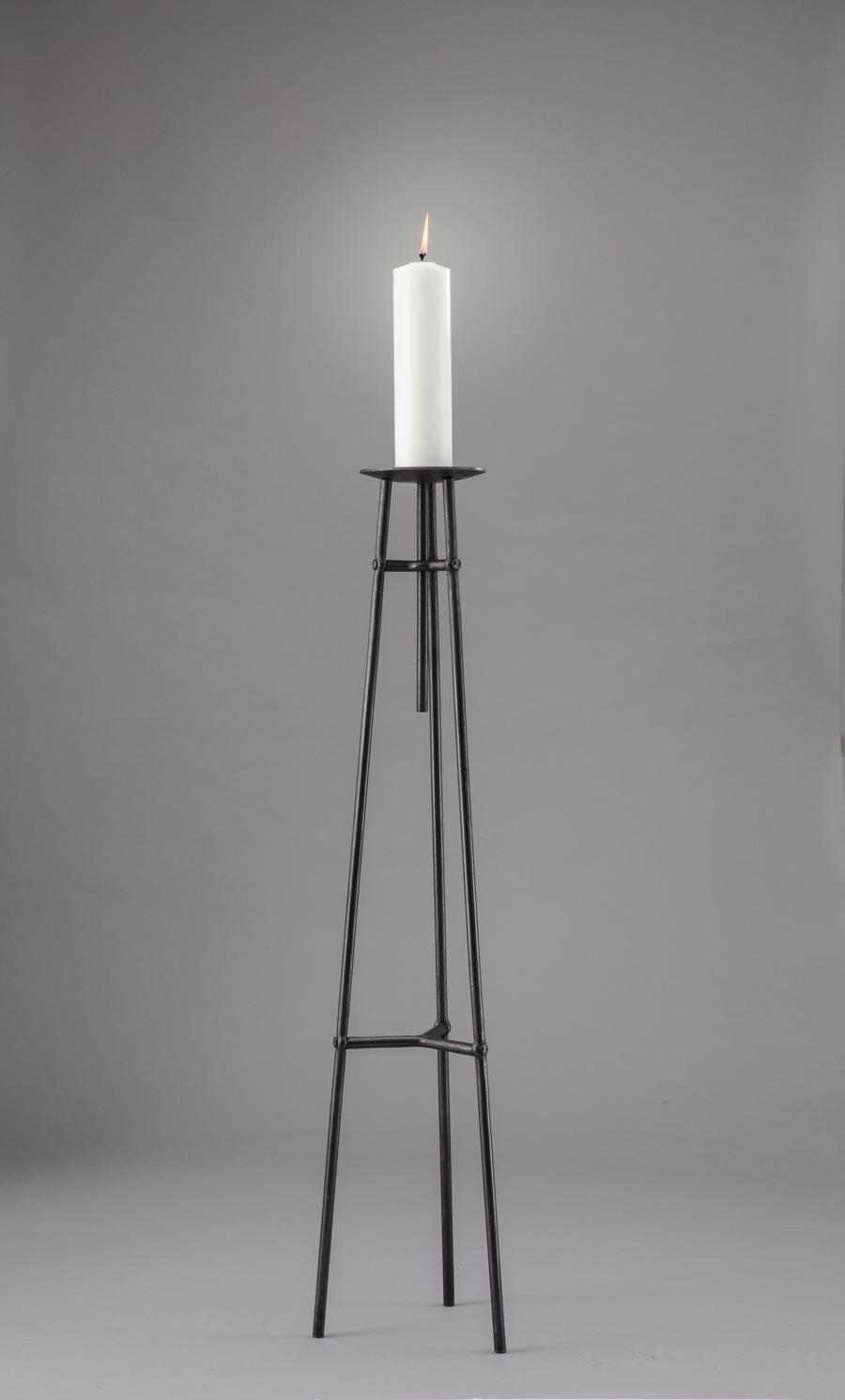 Enkel modern staka till ett stort ljus. 120 cm hög utan ljus.
