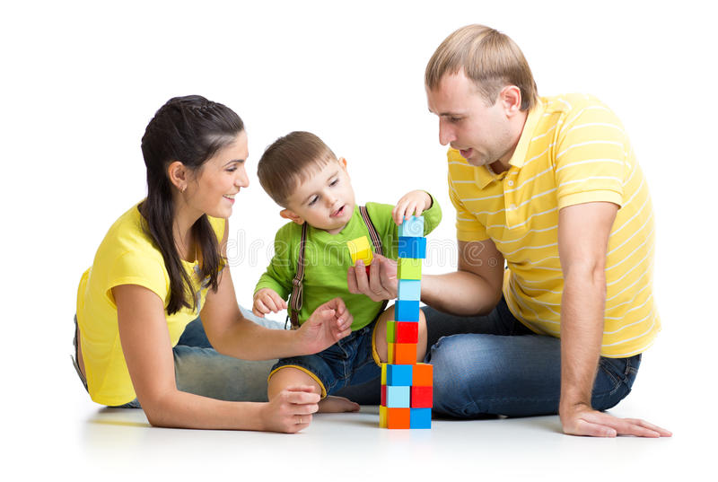 enfant-avec-ses-parents-jouant-les-blocs-constitutifs-48931909.jpg