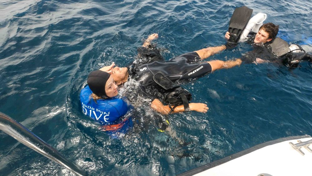 A Rescue student training how to handle an unresponsive diver at the surface.