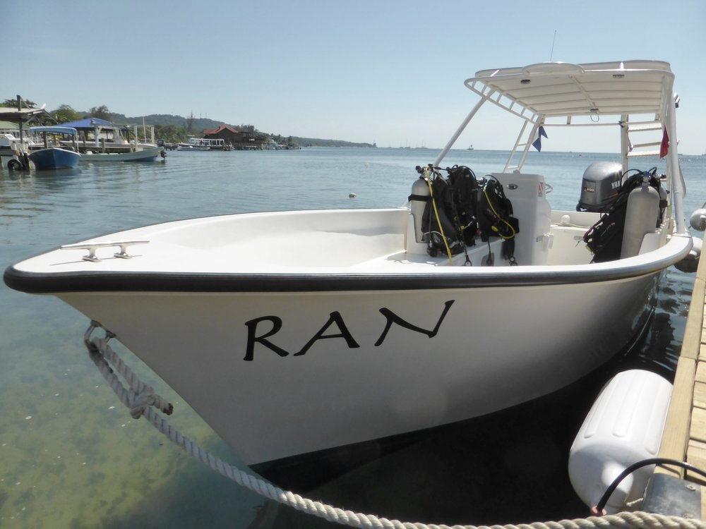 Roatan-Divers-boat-2-Ran.jpg