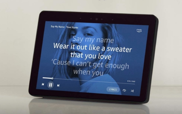 Echo Show : Ask Alexa to show lyrics to your favorite song, to show the weather forecast, your calendar, or a movie from Prime Video. You can ask her to make video calls, too.