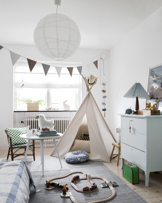 Isn't this so beautifully un-put-together? If only stuff just landed that way after your kids were done playing. Shop this hygge gender neutral kids room now. Link in bio. Photo: @elledecor