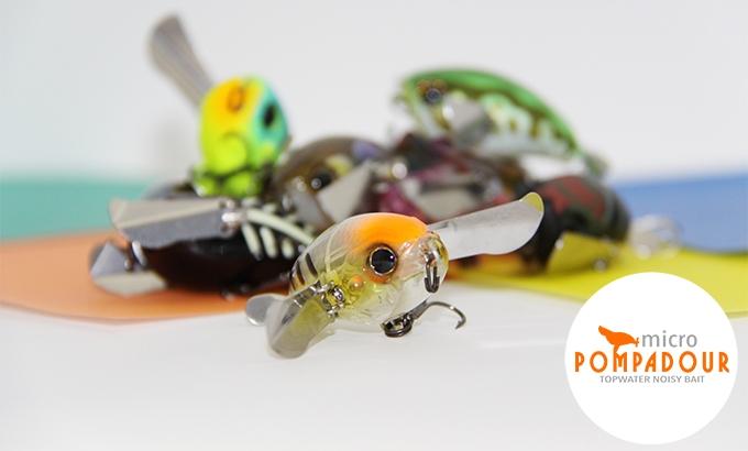 Micro Pompadour - Possui sistema de distribuição de peso que permite arremessos precisos e longos; Asas de metal que são estabilizam a isca; possui hélice que proporcionam propulsão, espirrando e movendo a água;Corpo robusto que suporta a forte impulsão da água.
