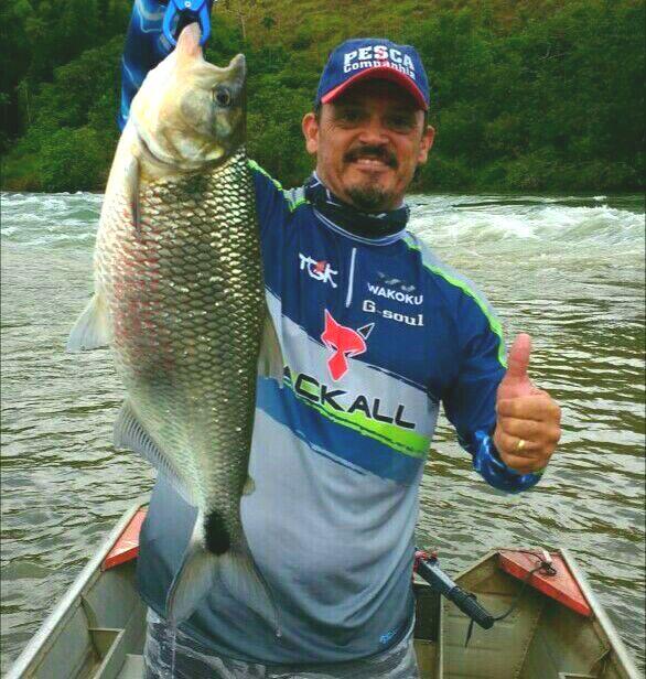 FABIO ZURLINI Natural da cidade de São Paulo, é atualmente staff da revista Pesca e Companhia. Possui mais de vinte anos de experiência internacional e nacional na pesca do blackbass e traíras, divulgando sempre as tendências e novidades no cenário da pesca esportiva.