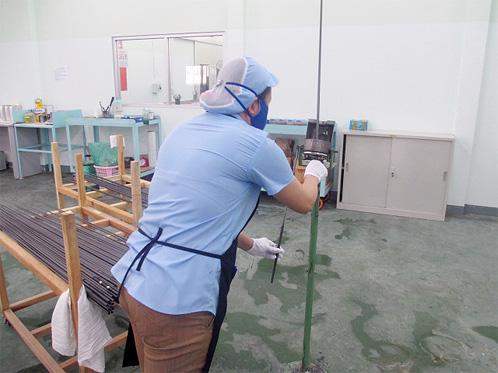 Pintura realizada de maneira uniforme, inserindo os blanks no maquinário para selar o produto, para então passar pelo spray de pintura definitiva
