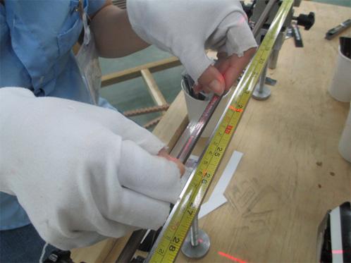 Colar os adesivos nas posições específicas de cada produto e então, será enviado para a seção de epoxy (resina), onde será revestida.