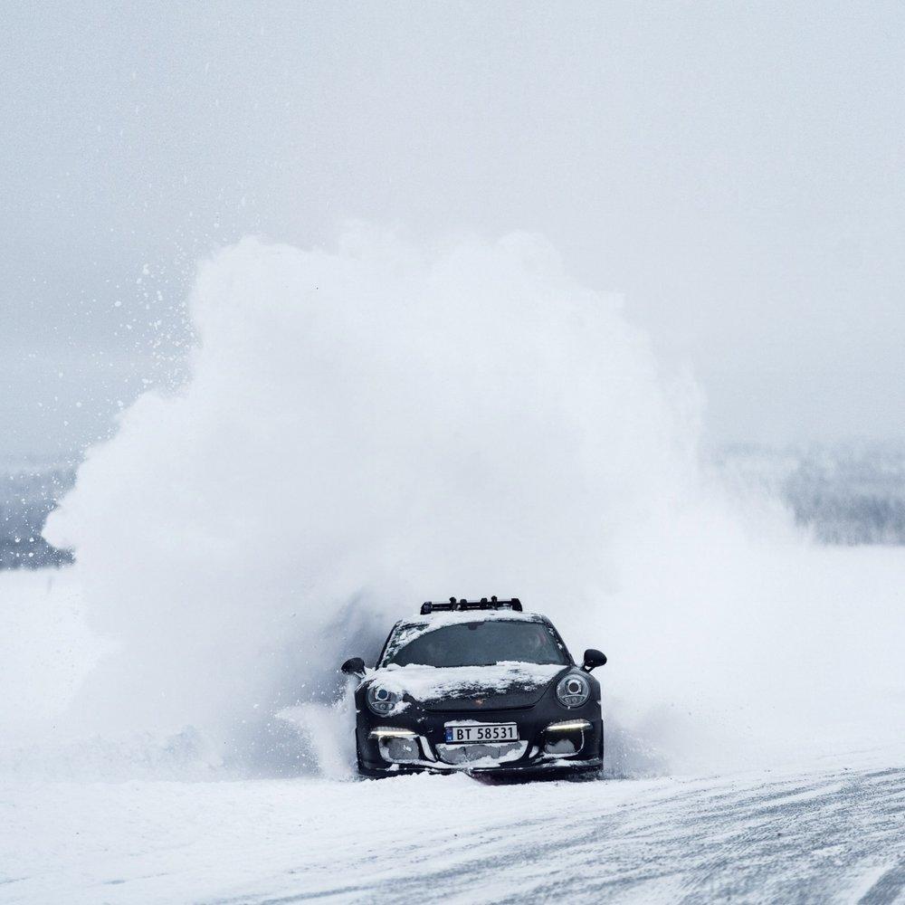 Porsche GT3 Snow Drifting
