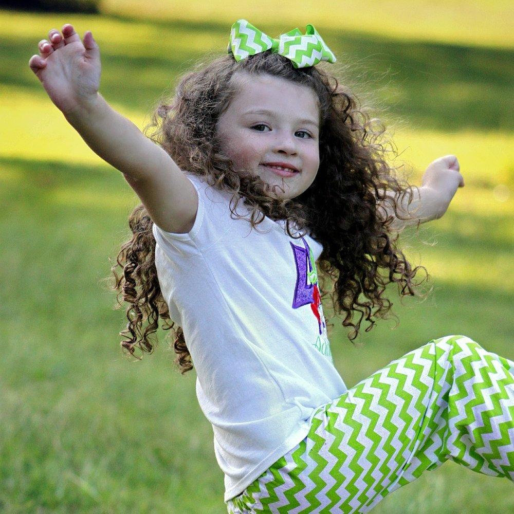 TANSSIAKROBATIA - Näillä 30 -45 minuuttia kestävällä tunnilla lapset saavat ensioppinsa tanssinsaloihin leikkien ja musiikin kautta.Erilaiset hauskat harjoitukset sammakkohyppyineen, karhuntansseineen ym… saavat lapset innostumaan ja musiikin tuodessa omat rytminsä mukaan motoriikan oppiminenkin senkun vain kasvaa. Tunnilla ei myöskään unohdeta tanssinopettamista ja oppimista, joka huomaamatta kätketään hauskuuden alle!!Tämän ryhmän maksimikoko on 15. Tanssiakrobatia muuttuu tanssillisemmaksi isompien eli 4-5-vuotiaiden ryhmässä, jolloin mukaan otetaan showtanssielementtejä ja tutustaan eri tanssien tekniikoihin.