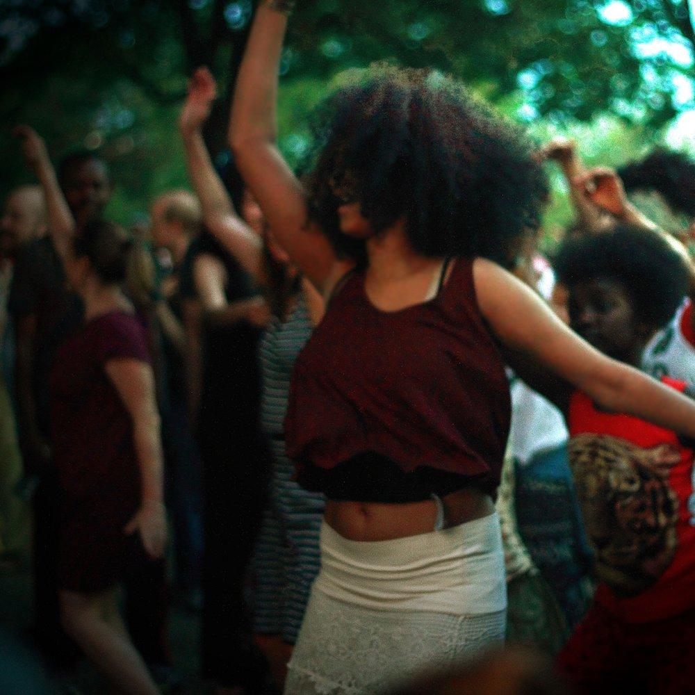 TWERGGAETON - Twerggaeton on kuumien hittitanssien, twerkkauksen ja reggaetonin sulautuma ja viimeisen päälle trendilaji.Twerkkaus on provokatiivinen tanssi,jonka liikkeissä olennaisessa osassa on pakaraliikkeiden hallinta. Liikkeissä käytetään poppausta ja sheikkausta,joilla saadaan takapuoli jammailemaan.Reggaeton vuorostaan korostaa tanssillisuutta ja sensuellia naisellista liikekieltä. Tämä huikea yhdistelmä antaa vartaloosi kaiken urheilullisuuden lisäksi taidon kääntää katseet millä tahansa tanssilattialla!!Ole ensimmäisten joukossa oppimassa ja varaa paikkasi heti!! Twerggaeton-kurssilla opetellaan myös rauhallisempaa Kizombaton-lajia mausteena.Kaikille avoin taso, sillä aloittelijana voit tulla mukaan milloin tahansa ja tunti antaa haastetta myös pitempään tanssineille.