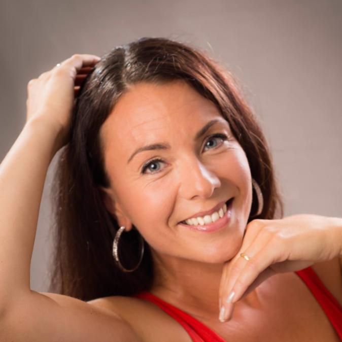 MERJA TANJUNEN - Merja on aloittanut Vamoksella vuonna 2015 ja on ryminällä noussut tunnetuksi tanssinopettajaksi ympäri Suomea, eikä syyttä.Merjan helposti lähestyttävä luonne saa jäyhemmänkin tanssinharrastajan sulamaan.Merjan vahvuuksiin kuuluu järjetön monipuolisuus. Hän opettaa kuubalaista salsaa pääsääntöisesti, mutta laadulla ja sydämellä hoituvat myös perinteisemmät lavatanssit, polttaritunnit, yksityistunnit, häätanssit ja lasten opettaminenkin.Hänen opiskelunsa AMK tanssinopettajalinjalla vetelee viimeisiään.