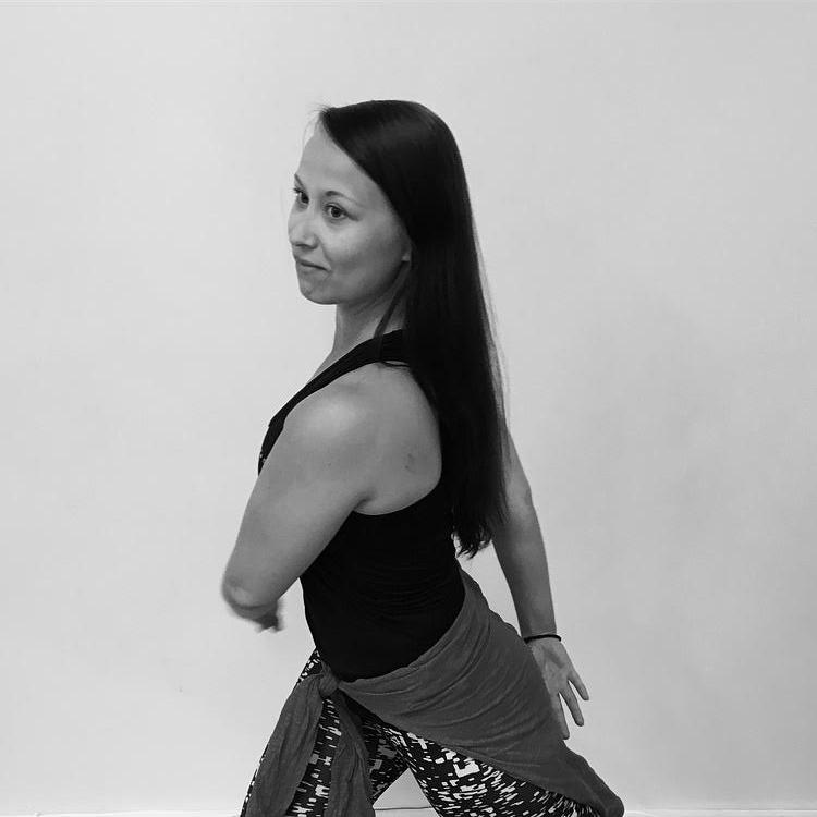 HEIDI KEINÄNEN - Heidi on lasten ja nuorten showtanssiope, jonka pääpaino tunneissa on alkeis- ja alkeisjatkotason opetuksessa.Hän on kilpatanssipohjaa omaava monipuolinen tanssija ja opettaja, jolta hoituvat lajit hiphopista lattareihin ja discosta jazziin.Monipuolisilla showtanssitunneilla Heidin vahvuudet pääsevät esiin ja opettajana hän on erittäin kannustava, energinen ja mukaansatempaava.