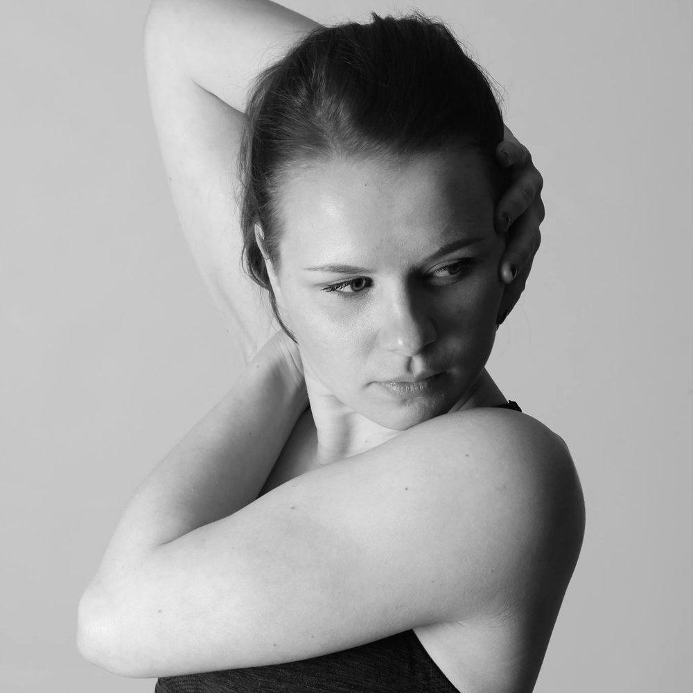 Miia aHonen - Miia on alkujaan Jyväskylästä lähtöisin ja tällä hetkellä opiskelee viimeistä vuottaan Oulun AMK:lla showtanssiopettajalinjalla, Miian Vamoksen tunteihin kuuluu tekniikka-ja koreografiaryhmien opettaminen.Miialla on paljon kokemusta juuri koreografina työskentelystä ja sen näkee! Luova, positiivinen ja tsemppaava Miia ottaa jokaisen tanssijan huomioon tunneillaan pitäen silti kiinni opetussuunnitelmastaan kunkin ryhmän kohdalla.Urheilu-uraltaan kurinalaisuutta ja kunnianhimoa omaava tanssinopettaja on omiaan tekniikan ja koreografian hiomisessa! Mahtavaa, että hän on nyt Vamoksen leivissä!
