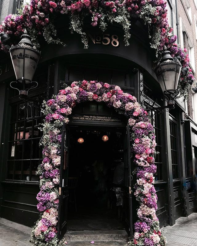 London has the prettiest doors 🌸✨• • • • • #yourally #travel #travelblogger #travelphotography #traveleats #food #uk #england #europe #travelgram #vacation #getaway #trip #triptime