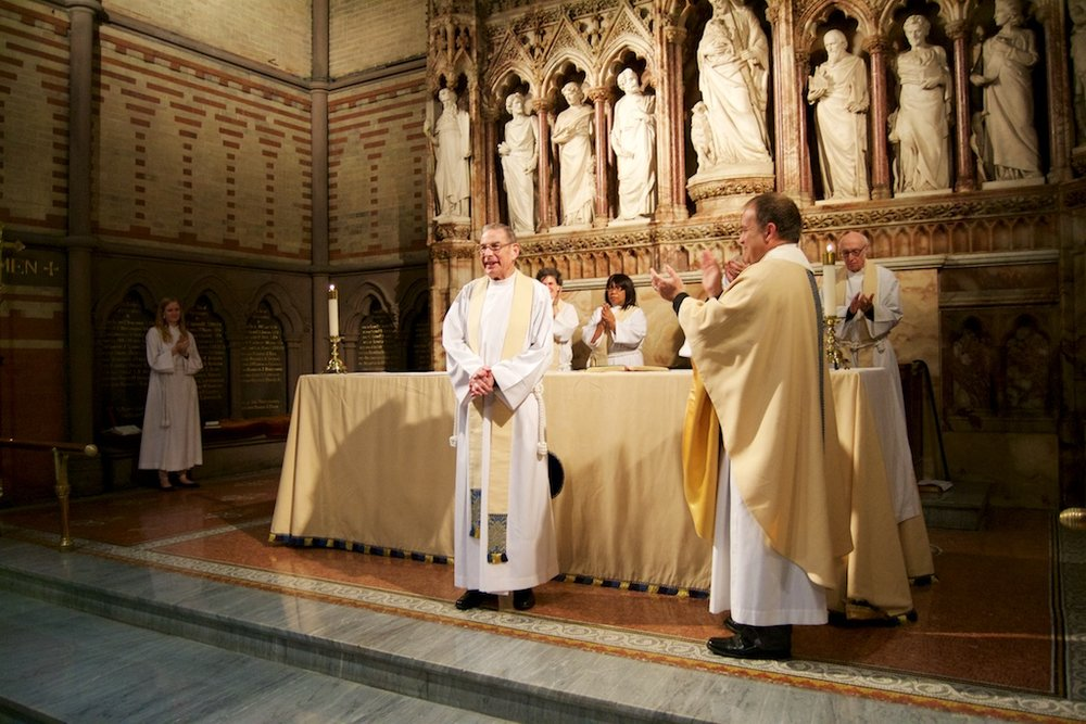 Alumni_Eucharist_2015_KirbyAccepting