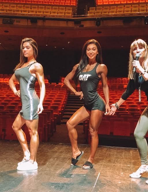 IFBB Head Judge Sandy Williamson explains what the judges are looking for in Bikini, with the help of IFBB Bikini Pros Isa Pecini and Lauralie Chapados (Shawn Rhoden Classic - 2018)