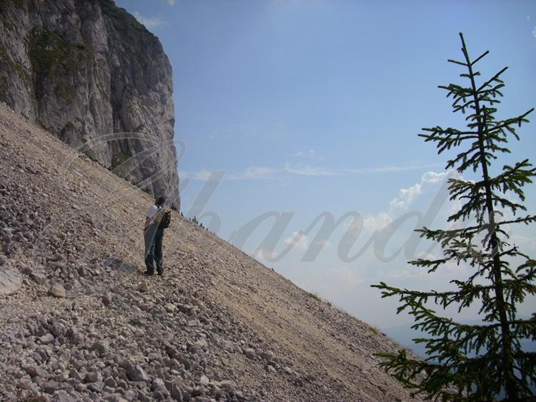 Nu, nu de muntele din poza asta, asta e Piatra Craiului, poza e veche de un car de ani, dar e una dintre primele poze pe care le-am făcut și de care sunt extra-super mândră. De asta are un imens watermark pe ea.