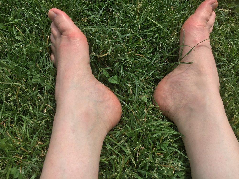 fötter i gröngräset