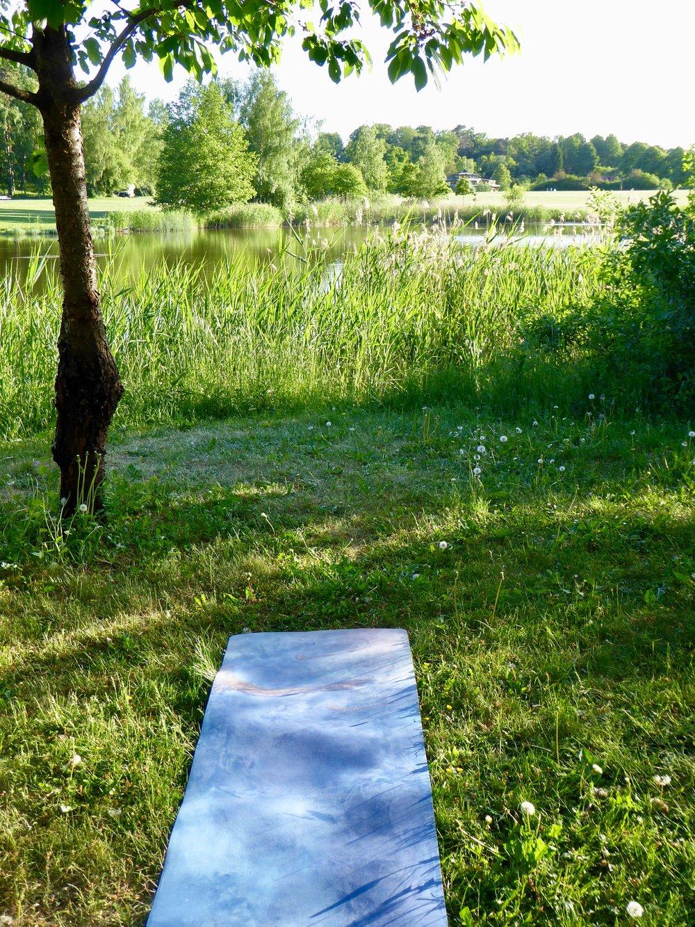 Yogamatta i grönskan. Foto: Jenny Rosen, Djurgårdens Ekolyx.