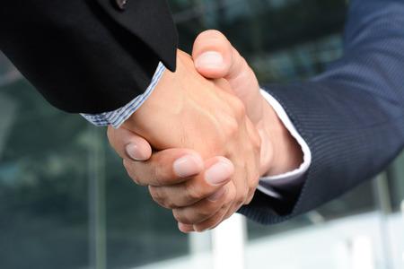 44141266_S_shaking_hands_business_deal_client.jpg