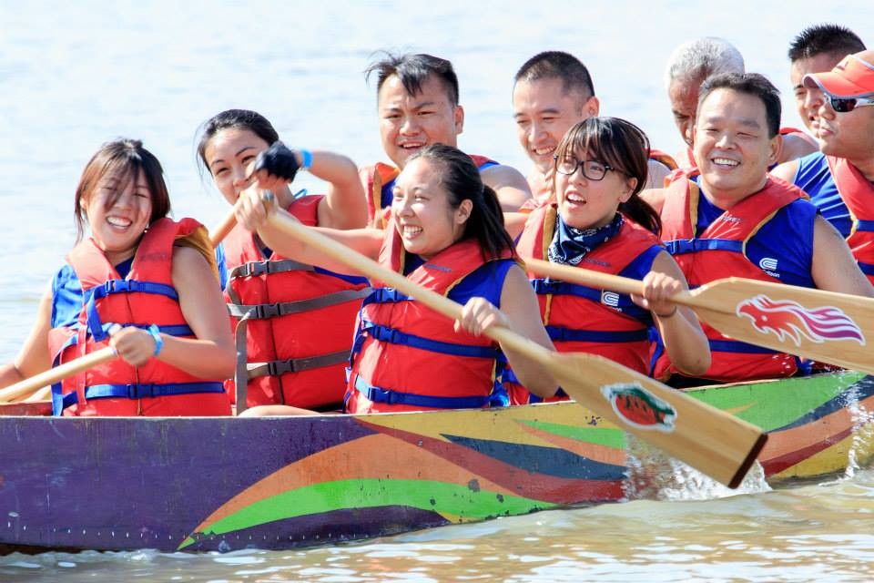 Look at the beautiful faces of our female paddlers!  Photographer: Someone who submitted this to Sing Tao Daily News