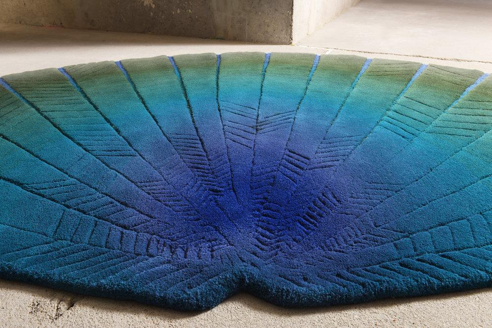 BLUE FAN – KÉK LEGYEZŐ - Célközönség: Design iránt fogékony emberekFunkció: Egyedi szőnyegGyártó: Saját kivitelezésMéret: 360 cm x 200 cmTechnika: Hand-tufting technikaAnyaghasználat: Gyapjú