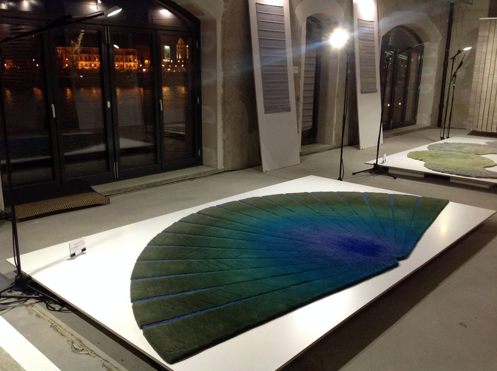 BLUE FAN – KÉK LEGYEZŐ - Tervező: Gulyás JuditGyártó: Saját kivitelezésMéret: 360 cm x 200 cmTechnika: Hand-tuftAnyaghasználat: Gyapjú