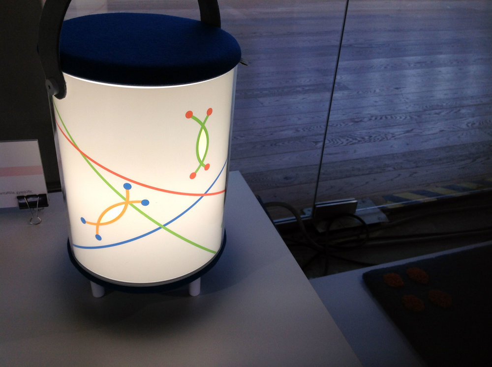STORY pot - Tervező: Hegedűs AndreaGyártó: AHDMéret: 20 cm x 22 cm x 37 cmTechnika: Egyedi gyártásAnyaghasználat: Plexi cső, cserélhető mintafólia, filc anyag
