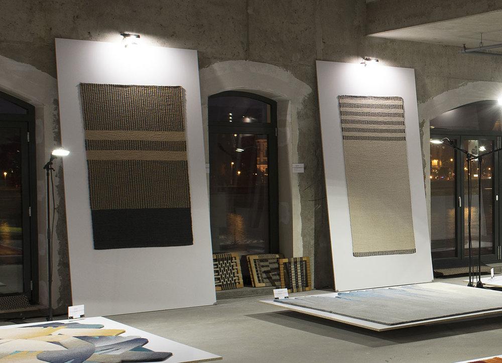 INTERMEZZÓ és OKAPI - Tervező: Szentiványi-Székely EnikőGyártó: Saját kivitelezésMéret: 90 cm x 195 cmTechnika: Kézi szövésAnyaghasználat: Sodrott papírfonal, pamut